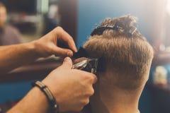 Άτομο που παίρνει το κούρεμα από το hairstylist στο barbershop Στοκ φωτογραφία με δικαίωμα ελεύθερης χρήσης