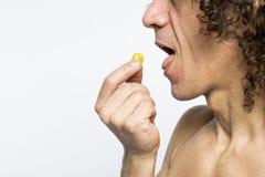Άτομο που παίρνει το χάπι Στοκ φωτογραφίες με δικαίωμα ελεύθερης χρήσης