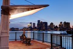 Άτομο που παρατηρεί τον ορίζοντα της Βοστώνης από το πάρκο αποβαθρών Στοκ Εικόνες