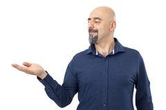Άτομο που παρουσιάζει ένα προϊόν που απομονώνεται στο λευκό Στοκ Εικόνα