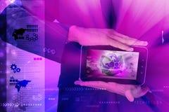 Άτομο που παρουσιάζει γήινη σφαίρα κοντά στην αλυσίδα στον υπολογιστή ταμπλετών Στοκ Εικόνες