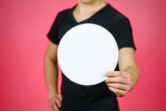 Άτομο που παρουσιάζει κενό άσπρο στρογγυλευμένο βιβλιάριο φυλλάδιων ιπτάμενων φυλλάδιο στοκ φωτογραφία με δικαίωμα ελεύθερης χρήσης