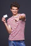 Άτομο που παρουσιάζει κενό κενό σημάδι καρτών εγγράφου Στοκ φωτογραφίες με δικαίωμα ελεύθερης χρήσης