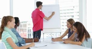 Άτομο που παρουσιάζει στους συναδέλφους του σε μια συνεδρίαση απόθεμα βίντεο