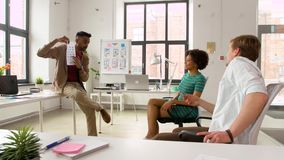 Άτομο που παρουσιάζει στο πρότυπο ενδιάμεσων με τον χρήστη δημιουργική ομάδα φιλμ μικρού μήκους
