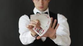 Άτομο που παρουσιάζει τέχνασμα με τις κάρτες παιχνιδιού απόθεμα βίντεο