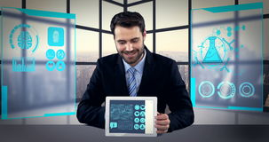Άτομο που παρουσιάζει τα ψηφιακά παραγμένες ιατρικές εικονίδια και γραφικές παραστάσεις στην ταμπλέτα απόθεμα βίντεο