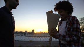 Άτομο που παρουσιάζει την ανθοδέσμη των άσπρων λουλουδιών στη biracial φίλη στην υπαίθρια ημερομηνία φιλμ μικρού μήκους