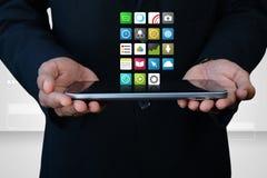 Άτομο που παρουσιάζει app εικονίδια στην ψηφιακή ταμπλέτα Στοκ Φωτογραφίες