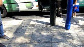 Άτομο που περιμένει το λεωφορείο φιλμ μικρού μήκους