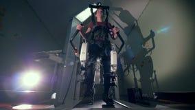 Άτομο που περνά από τη φυσιοθεραπεία σε μια συσκευή προσομοίωσης περπατήματος Ιατρική έννοια αποκατάστασης απόθεμα βίντεο
