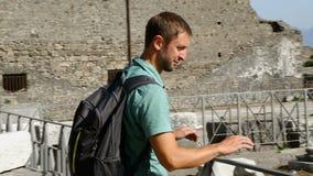 Άτομο που περπατά γύρω από την Πομπηία, που έρχεται να φρουρήσει το φράκτη ραγών για να εξετάσει τη συντηρημένη περιοχή απόθεμα βίντεο