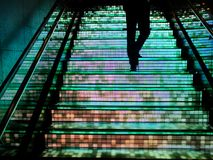 Άτομο που περπατά επάνω στο σκαλοπάτι Στοκ φωτογραφία με δικαίωμα ελεύθερης χρήσης