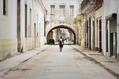 Άτομο που περπατά κάτω από την οδό στο Λα Habana, Κούβα της Αβάνας Στοκ εικόνα με δικαίωμα ελεύθερης χρήσης