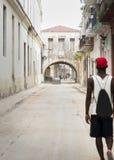 Άτομο που περπατά κάτω από την οδό στο Λα Habana, Κούβα της Αβάνας Στοκ Εικόνες