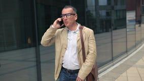 Άτομο που περπατά και που μιλά στο τηλέφωνο φιλμ μικρού μήκους