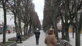 Άτομο που περπατά μακριά στην οδό φιλμ μικρού μήκους