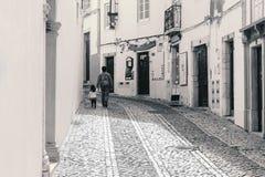 Άτομο που περπατά με το παιδί και που κρατά το χέρι της στην οδό Στοκ φωτογραφία με δικαίωμα ελεύθερης χρήσης