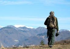 Άτομο που περπατά πέρα από τα βουνά στοκ εικόνες με δικαίωμα ελεύθερης χρήσης
