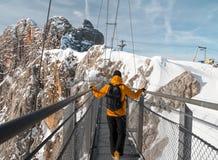 Άτομο που περπατά πέρα από τη γέφυρα σχοινιών στο βουνό Dachstein Στοκ φωτογραφία με δικαίωμα ελεύθερης χρήσης