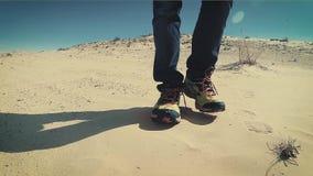 Άτομο που περπατά σε έναν αμμόλοφο ερήμων Σαχάρας κοντά επάνω απόθεμα βίντεο