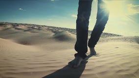 Άτομο που περπατά σε έναν αμμόλοφο ερήμων Σαχάρας κοντά επάνω φιλμ μικρού μήκους