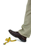 Άτομο που περπατά σε ένα δέρμα μπανανών Στοκ φωτογραφία με δικαίωμα ελεύθερης χρήσης