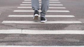 Άτομο που περπατά σε ένα με ραβδώσεις απόθεμα βίντεο