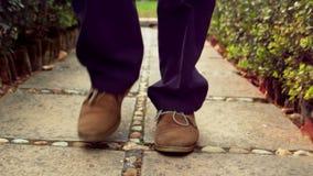 Άτομο που περπατά σε ένα πεζοδρόμιο απόθεμα βίντεο