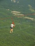Άτομο που περπατά σε ένα σχοινί AI-Petri στη σύνοδο κορυφής, Κριμαία Στοκ Φωτογραφίες