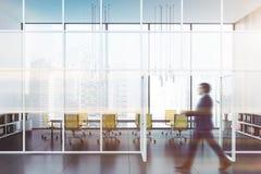 Άτομο που περπατά στην αίθουσα γραφείων με την αίθουσα συνεδριάσεων στοκ φωτογραφία με δικαίωμα ελεύθερης χρήσης