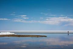 Άτομο που περπατά στην ακτή της λίμνης Στοκ φωτογραφία με δικαίωμα ελεύθερης χρήσης