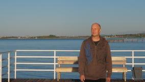Άτομο που περπατά στην αποβάθρα θάλασσας Ενήλικο άτομο πορτρέτου που στέκεται στην αποβάθρα θάλασσας απόθεμα βίντεο