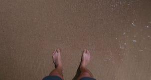 Άτομο που περπατά στην παραλία απόθεμα βίντεο