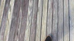 Άτομο που περπατά στο εκλεκτής ποιότητας ξύλινο πάτωμα πινάκων Κατασκευασμένες σανίδες πεύκων Grunge ξύλινες ξεπερασμένες Γκρίζος φιλμ μικρού μήκους