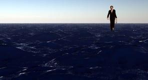 Άτομο που περπατά στο νερό, που φέρνει έναν χαρτοφύλακα Στοκ Εικόνες