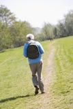 Άτομο που περπατά υπαίθρια με τους ανθρώπους στην ανασκόπηση Στοκ φωτογραφία με δικαίωμα ελεύθερης χρήσης