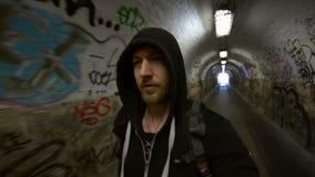 Άτομο που πηγαίνει στο υπόγειο μήκος σε πόδηα κινήσεων σηράγγων απόθεμα βίντεο