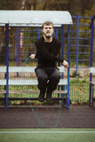 Άτομο που πηδά με το πηδώντας σχοινί Στοκ Εικόνες