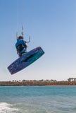 Άτομο που πηδά σε ένα kiteboard Στοκ φωτογραφίες με δικαίωμα ελεύθερης χρήσης