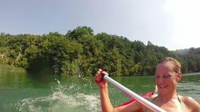 Άτομο που πηδά στο νερό από το κανό ενώ η φίλη του που γελά σε ένα κανό φιλμ μικρού μήκους