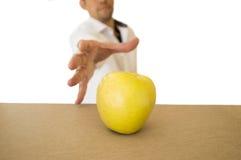 Άτομο που πιάνει ένα μήλο Στοκ εικόνες με δικαίωμα ελεύθερης χρήσης