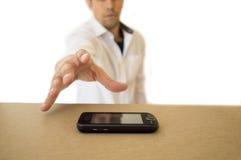 Άτομο που πιάνει ένα μαύρο κινητό τηλέφωνο Στοκ φωτογραφίες με δικαίωμα ελεύθερης χρήσης