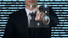 Άτομο που πληκτρολογεί τον προσωπικό κωδικό στην οθόνη, πρόσβαση βάσεων δεδομένων ασφάλειας, σύγχρονη τεχνολογία φιλμ μικρού μήκους