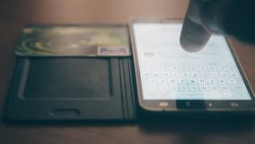Άτομο που πληρώνει on-line με την πιστωτική κάρτα και το smartphone Εστίαση στο δάχτυλο απόθεμα βίντεο