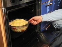 Άτομο που προετοιμάζει ένα γεύμα στοκ φωτογραφίες με δικαίωμα ελεύθερης χρήσης