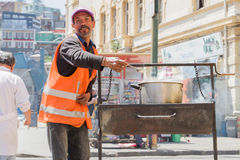 Άτομο που προετοιμάζει τα τρόφιμα οδών Στοκ Φωτογραφίες
