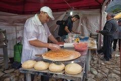 Άτομο που προετοιμάζει την πίτσα υπαίθρια Στοκ εικόνα με δικαίωμα ελεύθερης χρήσης