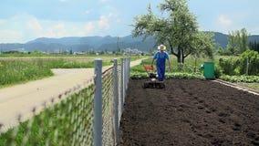 Άτομο που προετοιμάζει το έδαφος που χρησιμοποιείται για τη σπορά φιλμ μικρού μήκους