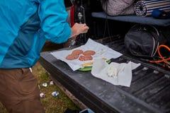 Άτομο που προετοιμάζει burger patties για το μαγείρεμα Στοκ φωτογραφία με δικαίωμα ελεύθερης χρήσης